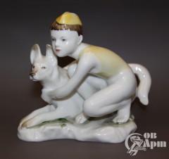 """Скульптура """"Мальчик с собакой"""" (""""Юный пограничник"""")"""